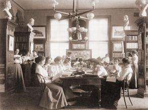 Mulleres lendo na Biblioteca Everett
