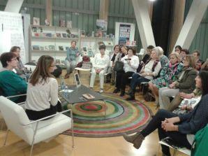 Las lectoras del Club Ágora sorprendieron a la escritora con la lectura de uno de sus poemas .