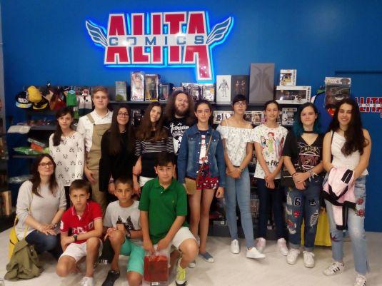 Foto de grupo en Alita Cómics con Toño