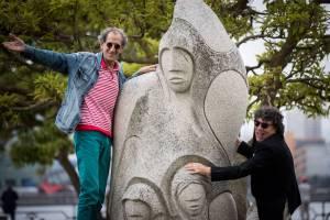 Antonio López xunto a estatua adicada a Isabel Zendal na Coruña