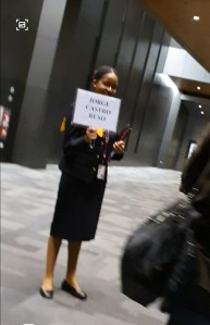 Azafata recbindo no avión á chegada á Doha