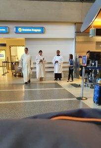 Sacerdotes no aeroporto LAX